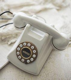 81b8e604b4d2b60e7249da9388314448--vintage-telephone-vintage-phones